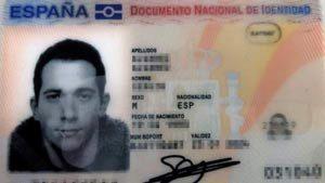Sergio Álvares foto del DNI con un palillo en la boca